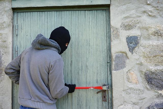 Zlodej, dvere, páčidlo.jpg