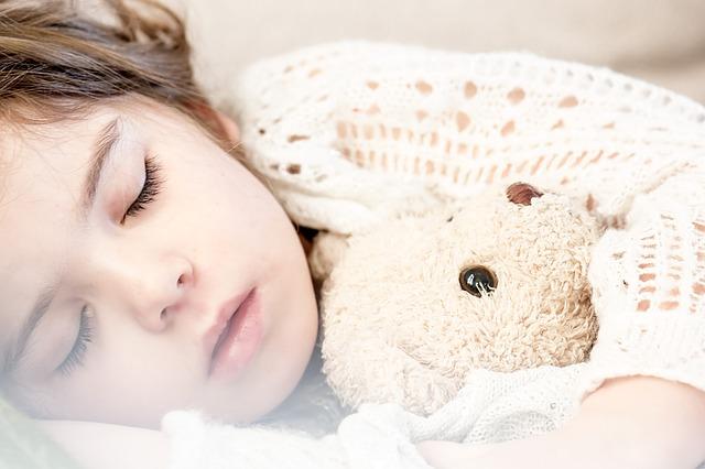 Dieťa, posteľ, hračka.jpg