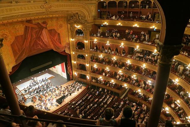 ľudia na koncerte v divadle.jpg