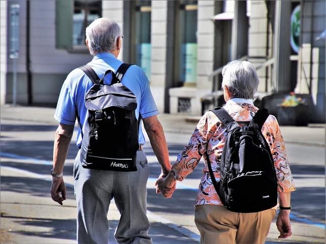 starší pár ide po ulici.jpg