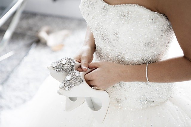 svadobné šaty topánky.jpg