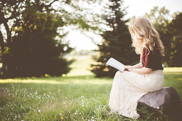 žena číta knihu.jpg
