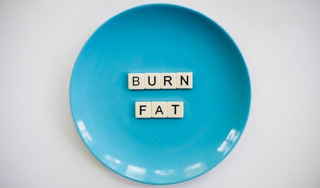 Modrý tanier s nápisom páliť tuk.jpg