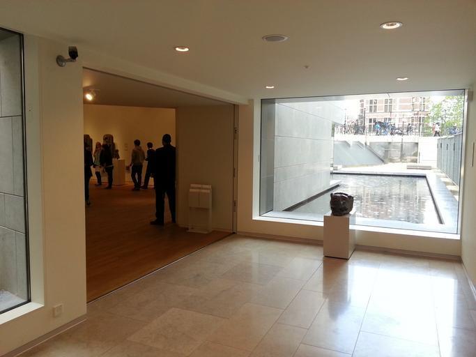 Interiér, ľudia v miestnosti, veľké sklo