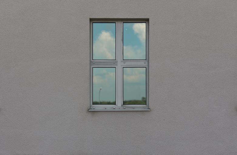 Okno, biela stena